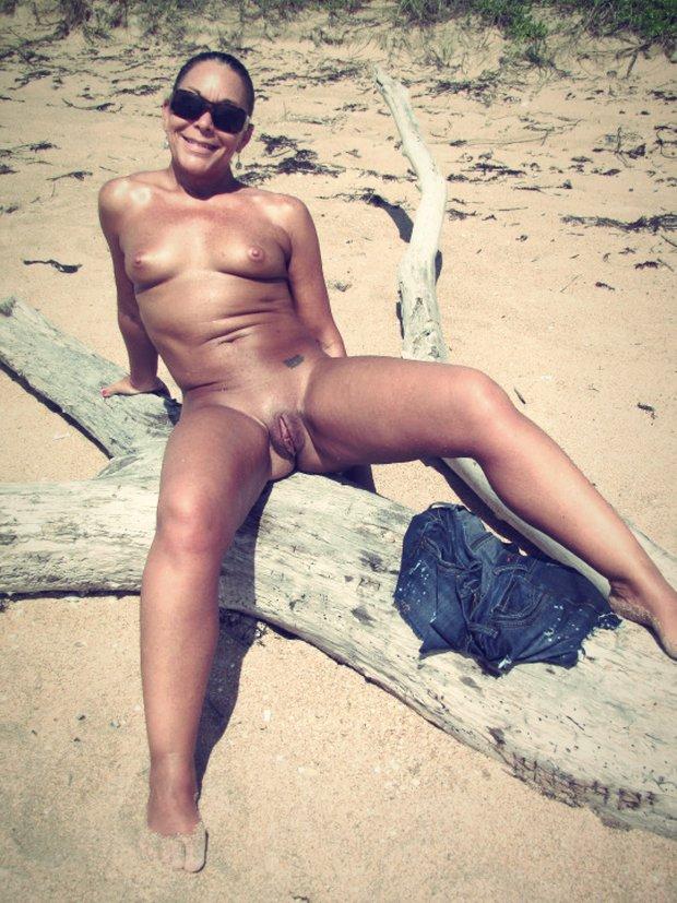 Amateur cam avec une cougar nue en vacances