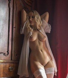 Superbe cougar blonde nue chez elle
