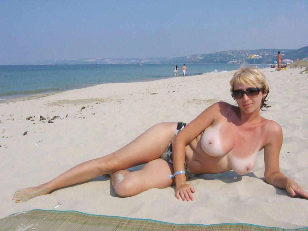 Belle cougar seins nus sous le soleil