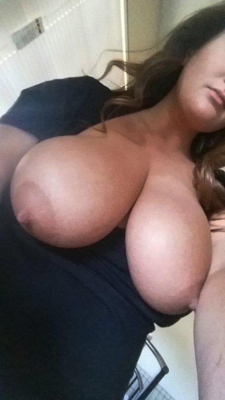 Melanie à des gros seins en poire
