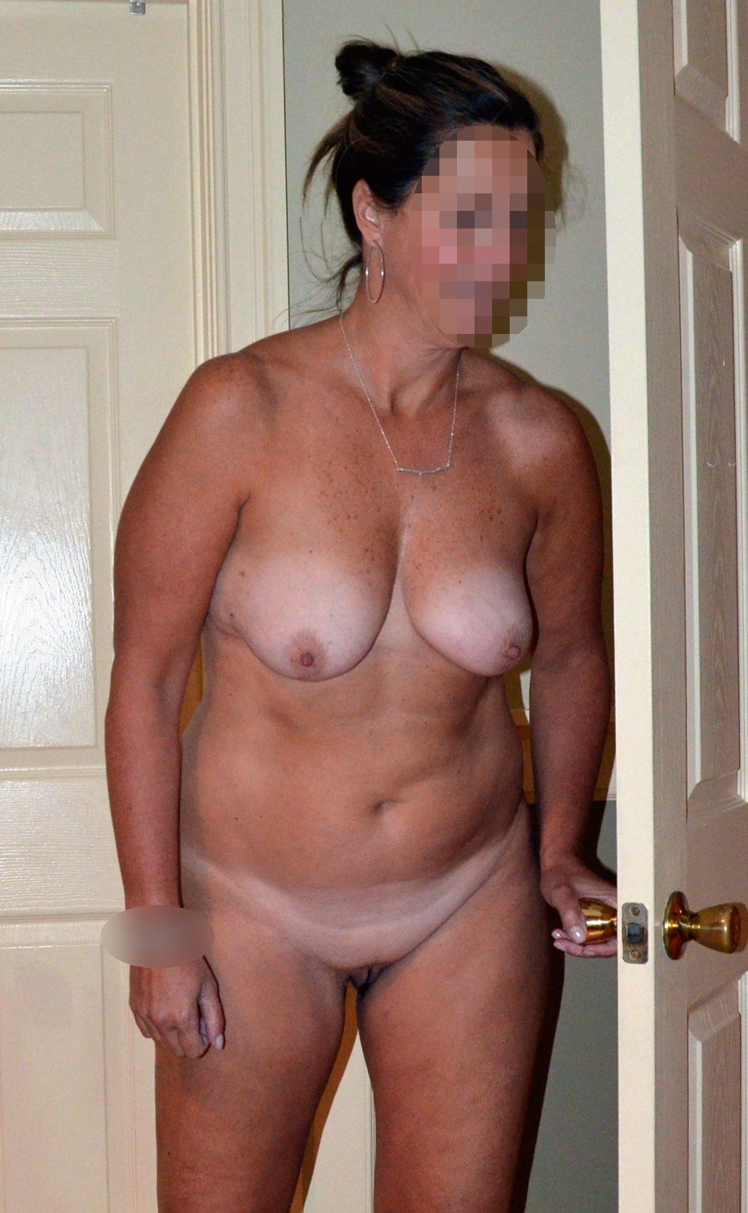 Une femme cougar montre ses petits seins